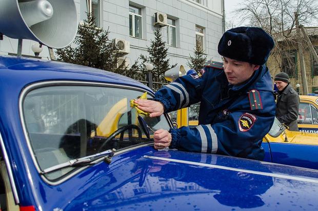 Автоинспектор Александр Меньшиков активно помогает в реставрации машин