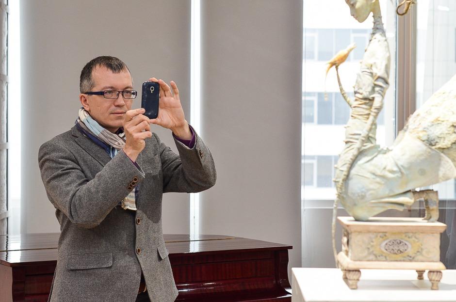 Одним из первых увидел кукол и политолог Алексей Петров.