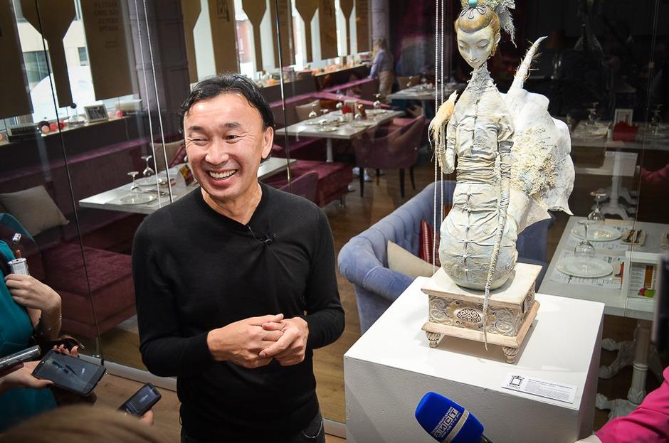 «Это не просто производство, это жизнь моей семьи», — отметил скульптор, показывая гостям экспонаты выставки.