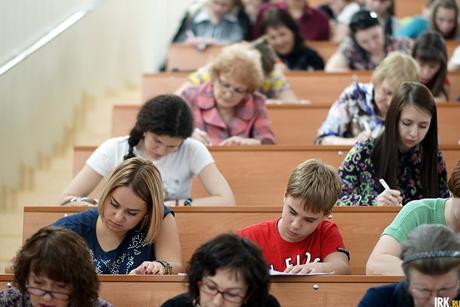 Иркутяне пишут «Тотальный диктант». Автор фото — Яна Ушакова