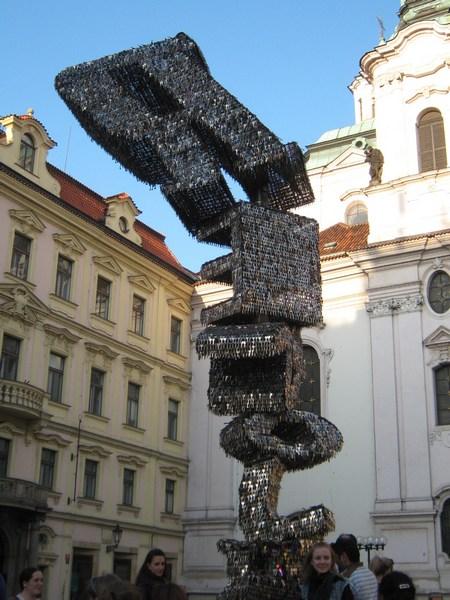В Европе много интересных памятников, например этот сделан из ключей
