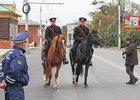 Полицейские в 130-м квартале. Фото Игоря Дремина, источник — www.guvd38.ru