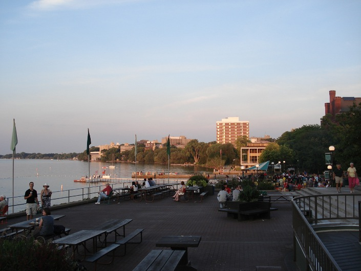 Терраса на берегу озера Мендота