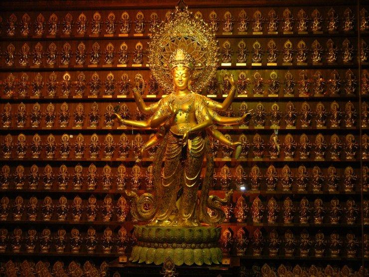 Золотая статуя в одном из храмов в Хайнане.  Фото с сайта www.tonkosti.ru