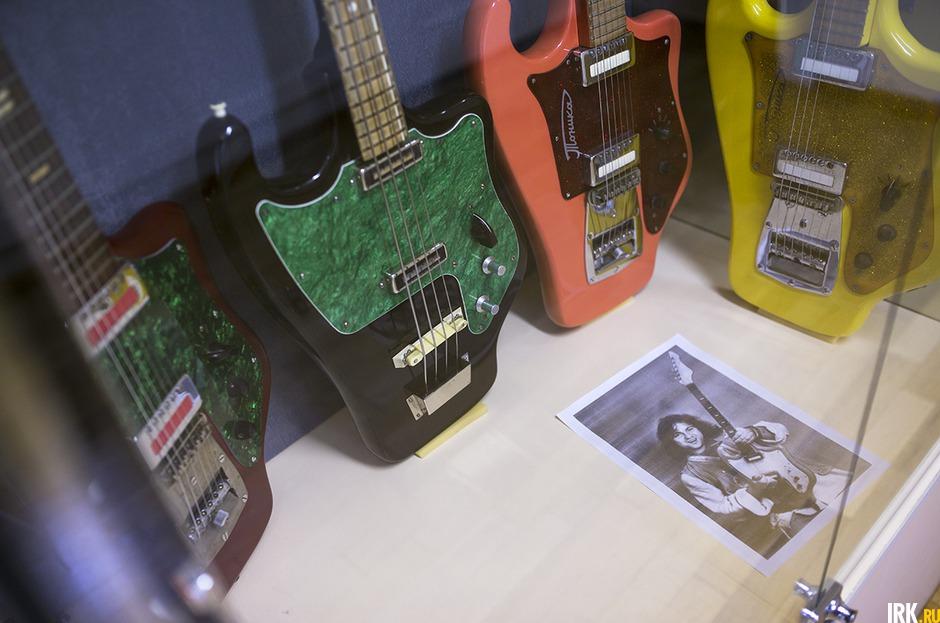 Цвет гитар был в основном черный, но иногда выпускались особенные:  красные, желтые, морковные, цвета морской волны. Но их сложно найти. Мне повезло: у меня почти все цвета есть.