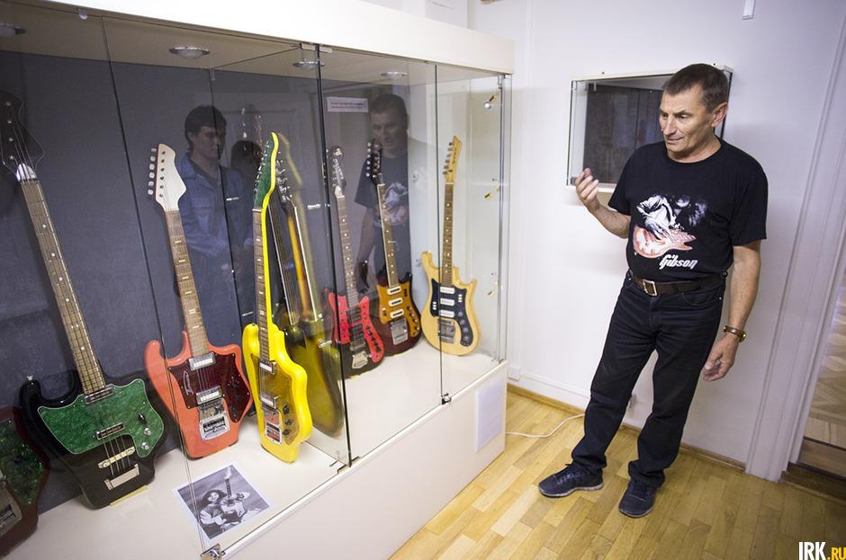 Стенд с гитарами СССР «Тоника». Они выпускались в Свердловске, Орджоникидзе, Ростове. На них играли первые вокально-инструментальные ансамбликонца 60-х—начала 70-х. Очень тяжелые гитары неудобной формы.
