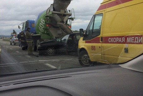 Шофёр иномарки умер при столкновении сбетоновозом наобъездной дороге Ново-Ленино