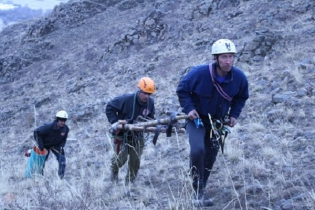 ВБурятии сзаснеженных гор Оки заблудившегося дедушку эвакуируют налошади