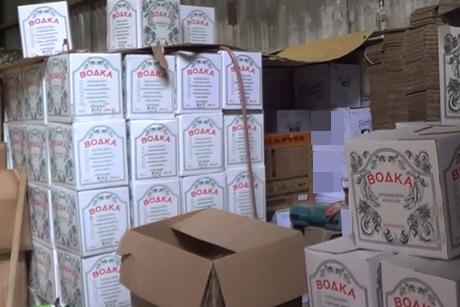 Неменее 24 тонн спиртного изъяли полицейские изподпольного цеха вИркутске