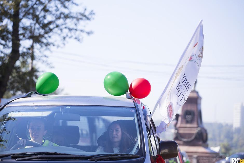 14 автолюбительниц во главе с экипажем ДПС проехали по улицам города, соблюдая правила дорожного движения.