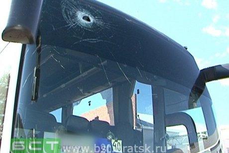 Неизвестные закидали камнями рейсовый автобус Иркутск— Братск