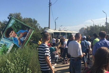 Автобус протаранил рекламный щит вИркутске: пострадали 13 человек