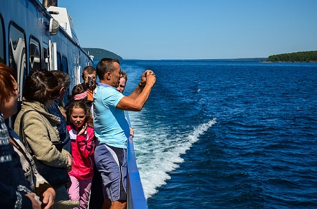 Туристы на Байкале. Фото Ильи Татарникова