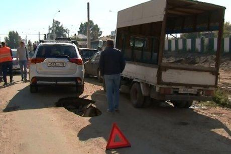 Асфальт провалился под колёсами машины вИркутске