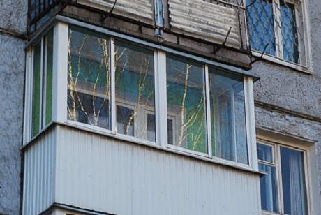 Девушка выпала сбалкона 5-ого этажа вмикрорайоне Юбилейный вИркутске