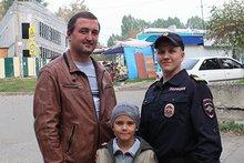 Андрей Лопатюк с сыном и Максим Харин. Фото предоставлено пресс-службой ГУ МВД России по Иркутской области