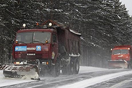 Спецтехника расчищает дороги Иркутской области отснега