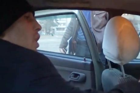 Двое мужчин пытались зарезать водителя такси вАнгарске