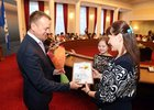 Сергей Ерощенко награждает победителей. Фото пресс-службы правительства Иркутской области