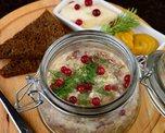 Наваристый прозрачный мясной холодец с хреном, горчицей и бородинским хлебом. Разве можно придумать закуску лучше?