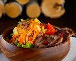 Салат с телятиной, картофелем и маринованным огурчиком для тех, кто предпочитает сытные закуски