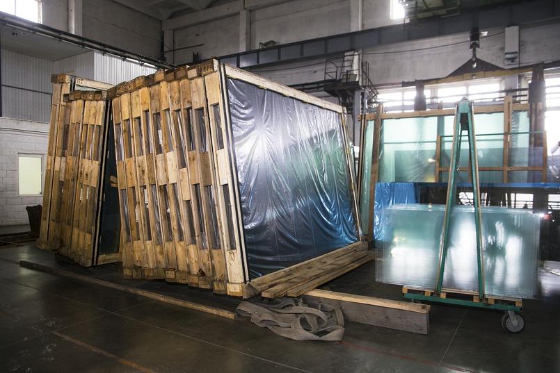 На производство доставляют «сырое» стекло в деревянных оправах.