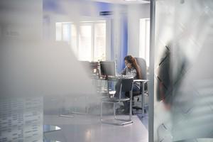 В административном корпусе вместо стен — стеклянные перегородки.