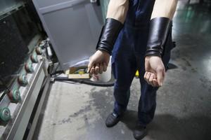 Специальные кожаные нарукавники защищают от порезов.