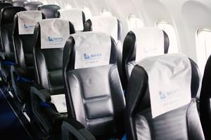 На пассажирские кресла надевают одноразовые подголовники.