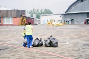 Пакеты с мусором выносят на летное поле, а затем вывозят с территории аэропорта.