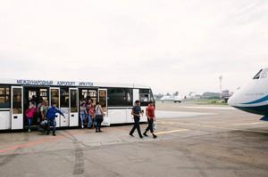 К воздушному судну подъезжает автобус с пассажирами и начинается посадка.