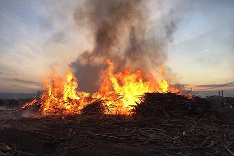 Мощный пожар натерритории деревообрабатывающего учреждения тушили сегодня вИркутске
