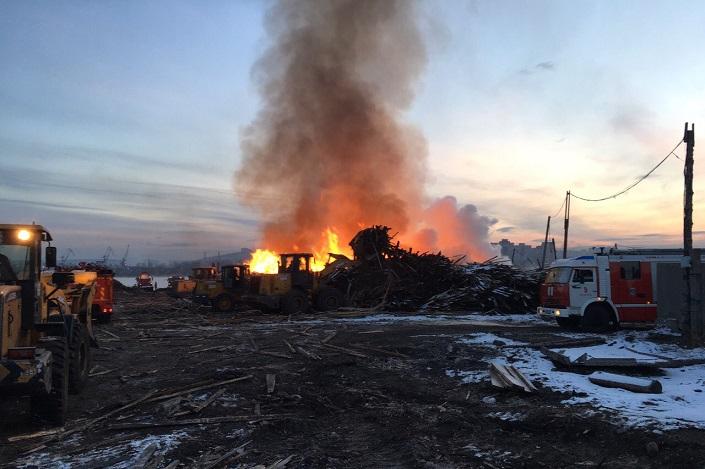 ВИркутске произошел интенсивный пожар надеревообрабатывающем предприятии