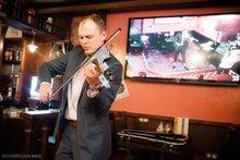 Вечеринка в ресторане «Фуллерс». Играет скрипач Денис Лонсо