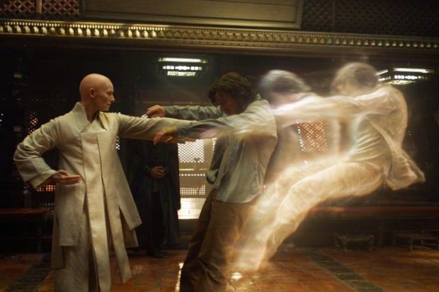 Старейшина оказался женщиной и открыл Стрэнджу дверь в таинственный и удивительный мир магии. Фото с сайта www.kinopoisk.ru