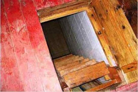 Должник поалиментам из огромного Луга пытался спрятаться отприставов впогребе