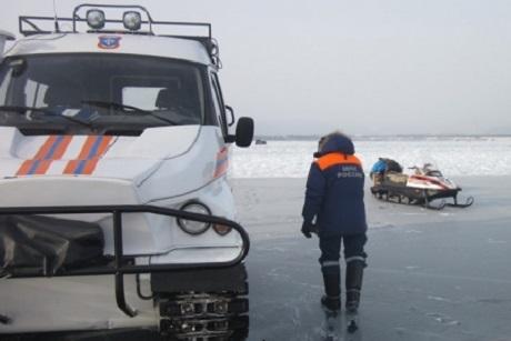 УАЗ и«Нива» провалились под лед насевере Байкала