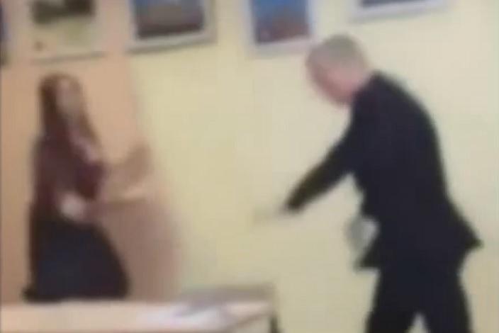 Одноклассник жёстко наказал одноклассницу фото 183-343