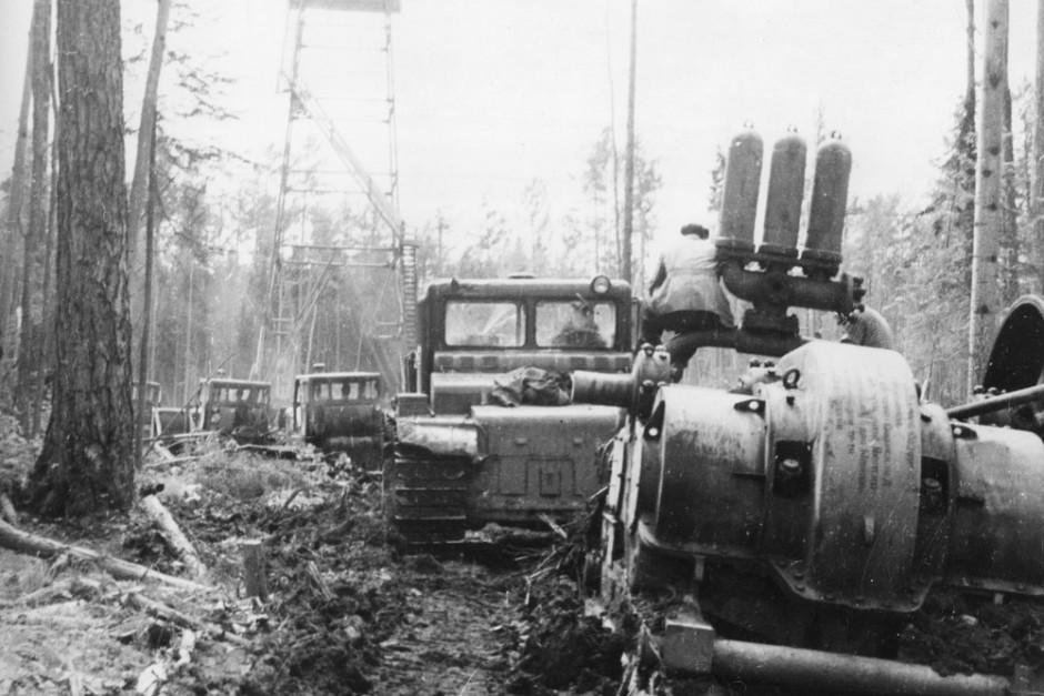 Так начиналось строительство первых нефтяных скважин на севере Иркутской области. Доставка оборудования на буровую, начало 1960-х годов