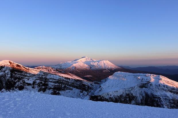 Вид с вулкана Горелый на вулкан Мутновский