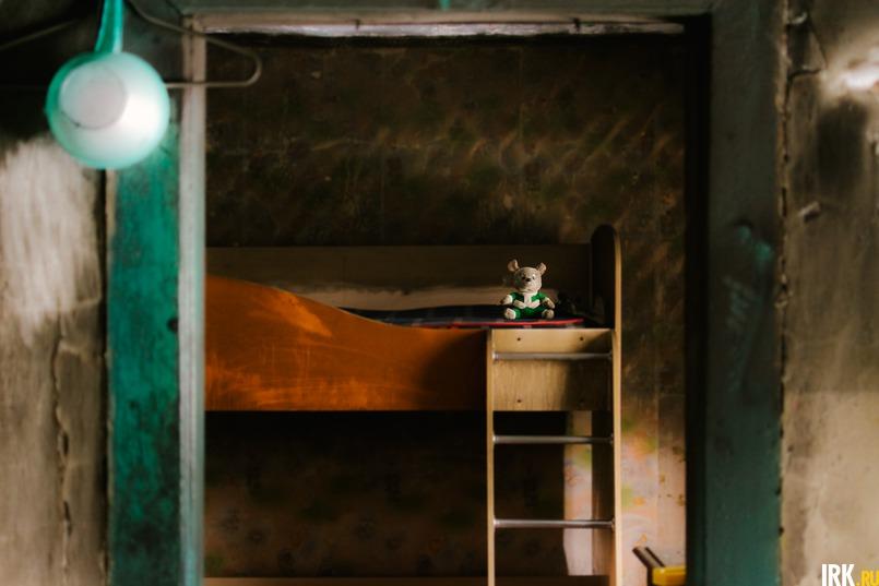 Когда начался пожар, Антон отвел детей в комнату, подальше от огня, а сам побежал звать на помощь