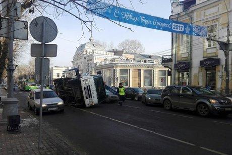 Эвакуатор перевернулся наулице Карла Маркса вИркутске при погрузке Субару