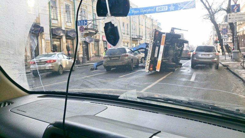 ВИркутске эвакуатор перевернулся при погрузке иномарки