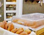 Кроме тортов и десертов кафе угощает гостей и свежей выпечкой - пирогами, пирожками и румяными блинчиками
