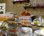 Каждое утро витрины кафе заполняются свежими тортиками на любой вкус: бисквитными, суфлейными и на основе воздушного безе