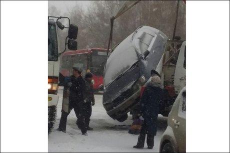 Впроцессе снегопада автомобиль упал сэвакуатора