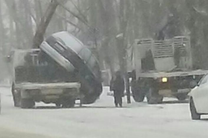 ВИркутске-II автомобиль упал сэвакуатора