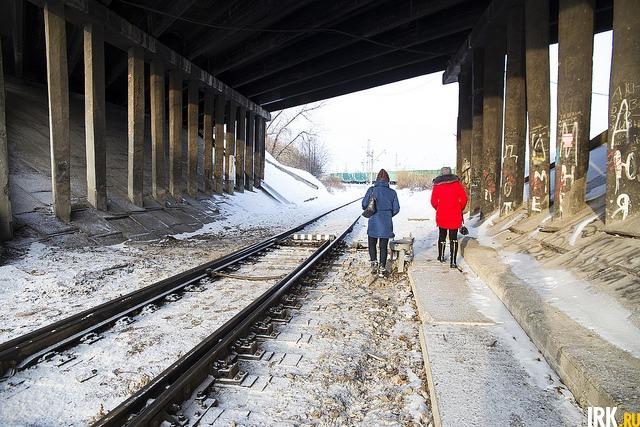 Если идти по путям в сторону моста, то можно выйти на станцию