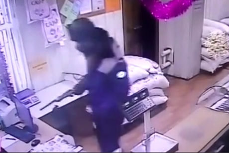 ВНижнеудинске наулице Ленина мужчина собрезом ограбил магазин