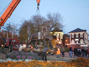 Установка скульптуры. Фото с сайта www.admirkutsk.ru